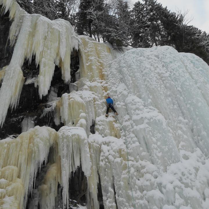 Primo di cordata su cascate