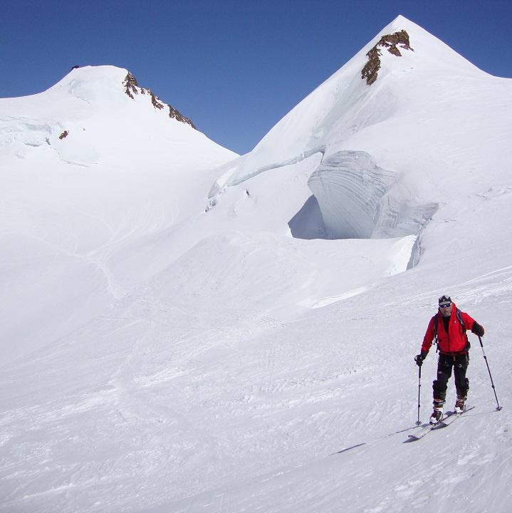 Scialpinismo, Tornando al colle del Lys, sullo sfondo P.ta Parrot e P.ta Gnifetti con la Capanna Regina Margherita